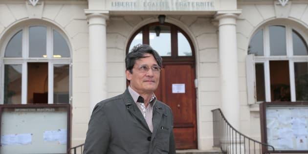 Le maire Richard Trinquier devant sa mairie de Wissous en 2014.