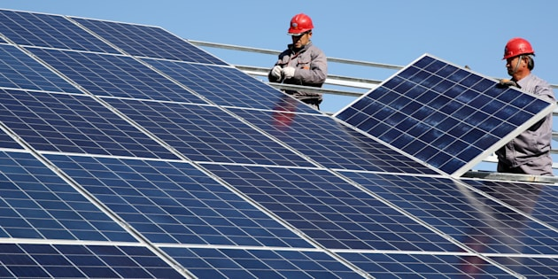 Unos trabajadores instalan paneles solares. REUTERS/Stringer