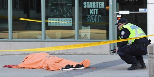 Un agente de policía custodia el cuerpo de una de las víctimas del atropello masivo de Toronto, el pasado 23 de abril.