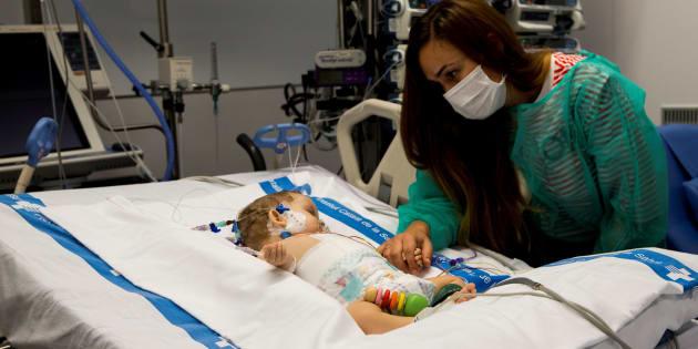 Vanesa cuida a su hija Roma, de ocho meses, una de los dos trasplantadas del Vall d'Hebron de Barcelona.