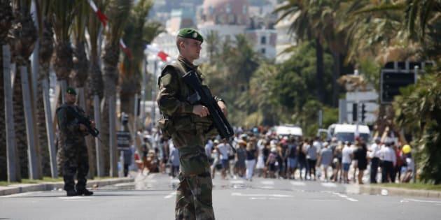 Des soldats de la Légion étrangère patrouilles sur la Promenade des Anglais le 18 juillet 2016, quatre jours après l'attentat de Nice