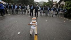 #FOTOS Ellos son los niños 'criminales' de la caravana migrante que son rechazados por