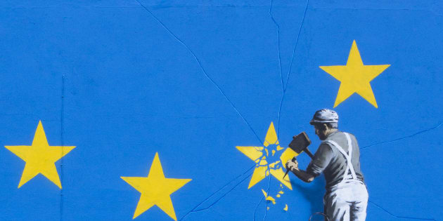 """Em Dover, no Reino Unido, Banksy desenhou um homem """"quebrando"""" a estrela referente ao país na União Europeia."""