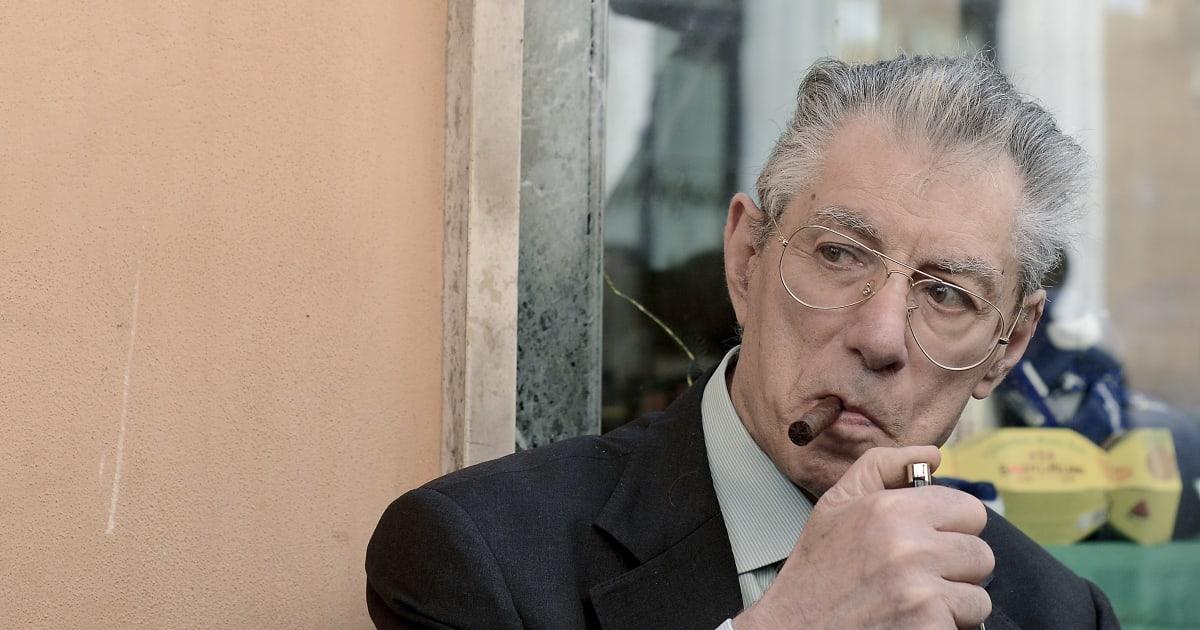 Caduta in casa per Umberto Bossi, trasportato in ospedale in elicottero