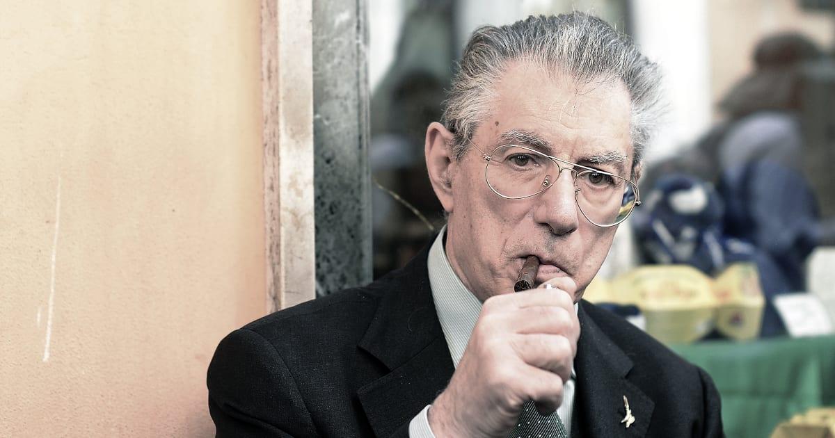 """""""Umberto Bossi è stabile e reattivo"""". Il bollettino dell'ospedale rassicura sulle condizioni del Senatur"""