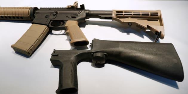 銃乱射事件で使用されたとみられるバンプストックと半自動ライフル