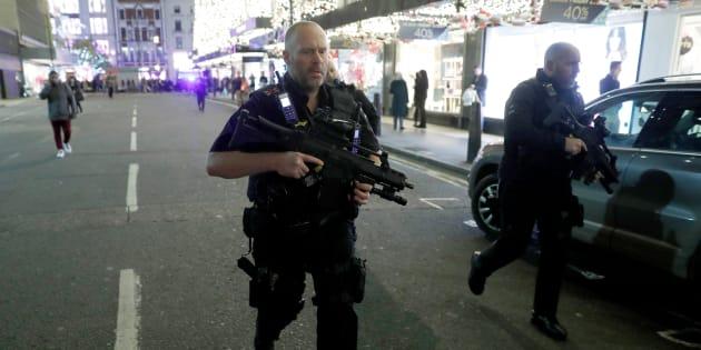 Les forces de l'ordre interviennent dans le quartier d'Oxford Circus ce vendredi 24 novembre.