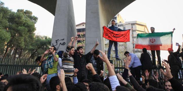 Des manifestants protestent contre le coût de la vie, à Téhéran, le 30 décembre 2017.