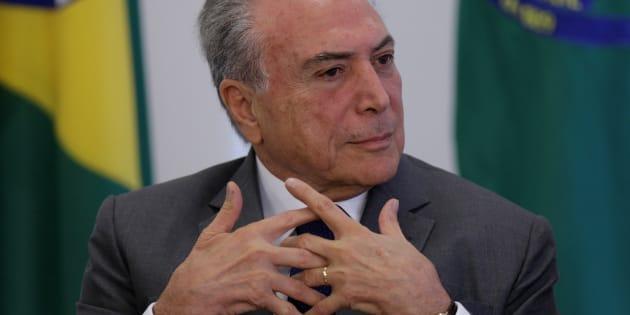 Presidente Michel Temer perde apoio após acusação de obstrução à Justiça.