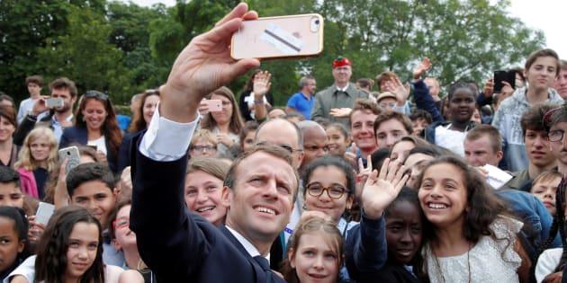 El presidente Emmanuel Macron se tomó una selfie con niños que asistieron a la ceremonia por el 78º aniversario del inicio de la Resistencia francesa durante la ocupación de Alemania en la Segunda Guerra Mundial.