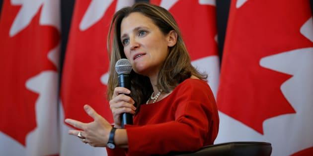 La ministra de Relaciones Exteriores de Canadá habla durante un evento en la Universidad de Ottawa, Ontario.