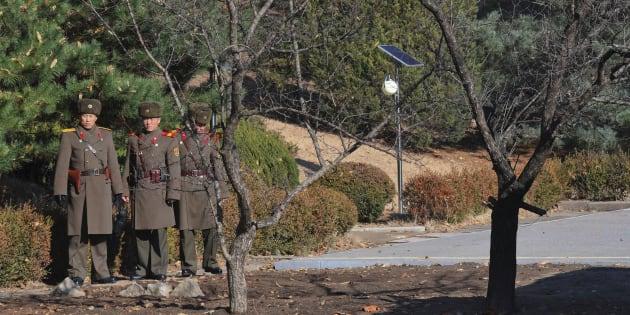 Des soldats nord-coréens à la frontière de la zone démilitarisées.
