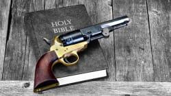 Spara per sbaglio a sé e alla moglie in Chiesa mentre parlava delle sparatorie nei luoghi di