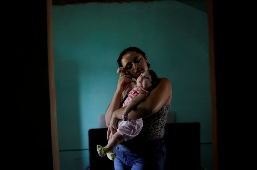 """Raquel, 25, com sua filha Heloisa, no município de Areia, no estado da Paraíba, no Brasil. Raquel deu à luz filhas gêmeas com síndrome de Zika em abril de 2016. """"Eu quero dar o melhor de mim para minhas filhas"""", disse ela em entrevista à Human Rights Watch."""
