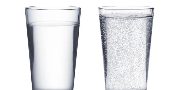 L'eau pétillante est-elle aussi désaltérante que l'eau plate?