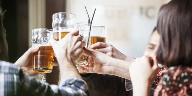 Un grupo de amigos brindando en un bar.