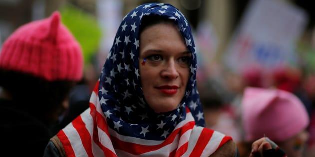 Une femme portant un voile aux couleurs du drapeau américain lors de la Marche des femmes, le 21 janvier 2017 à Washington. REUTERS/Brian Snyder