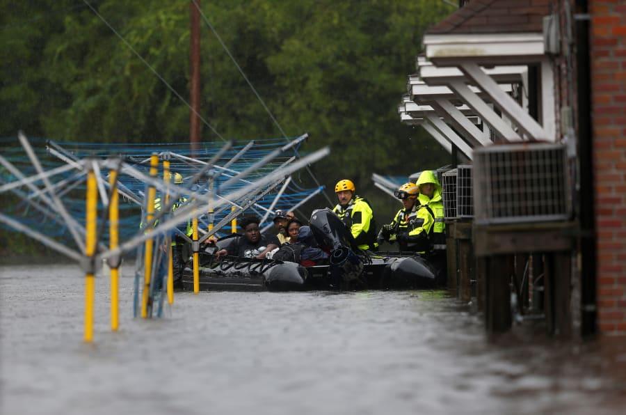 Los bomberos utilizan un bote para rescatar a tres personas de su casa inundada durante el huracán Florence en New Bern, Carolina del Norte, Estados Unidos este 14 de septiembre de 2018.