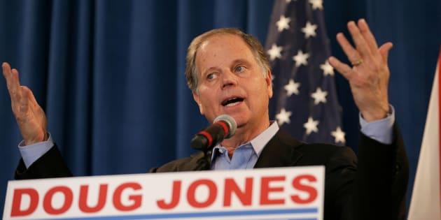 Le démocrate Doug Jones a défait son rival Roy Moore, qui était accusé d'inconduites sexuelles envers des mineures, dans la course au poste de sénateur de l'Alabama.