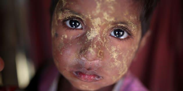 難民キャンプに逃れたロヒンギャの女の子=2018年1月、バングラディシュ・コックスバザール