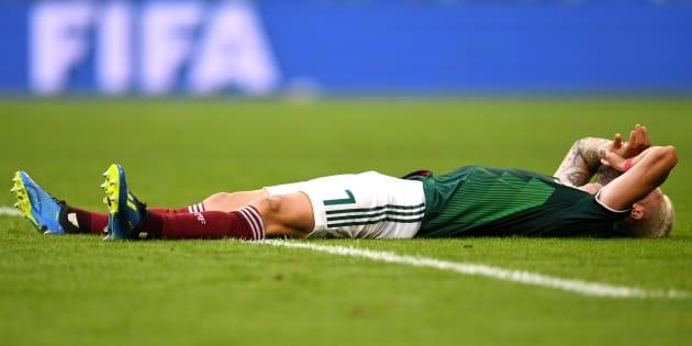 Miguel Layun tirado en el césped luego de que la Selección Mexicana perdiera contra Brasil