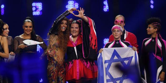 Netta Barzilai, la ganadora de Eurovisión por Israel, junto a la cantante de Chipre y segunda clasificada, Eleni Foureira, en la gala del pasado 8 de mayo en Lisboa.