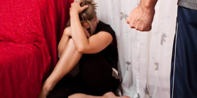 Bella studentessa si aggrappa nuda fuori alla finestra: ecco da cosa scappava