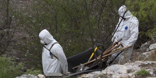 Peritos forenses de la Procuraduría General de Justicia de Nuevo León realizan una segunda Inspección en una fosa clandestina en el municipio de García, el 31 de mayo de 2017.