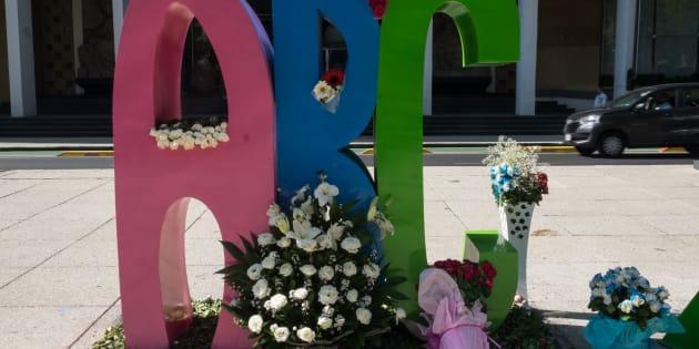Padres y familiares de los 49 niños que perdieron la vida en el incendio de la Guardería ABC de Hermosillo, el 5 de junio de 2009; colocaron un florero con 49 estrellas, flores y un moño negro. Este último representa el aniversario luctuoso y el dolor de los familiares.