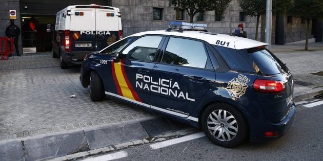El coche de la Policía Nacional que transporta a varios de los acusados, llegando a la Audiencia de Navarra.
