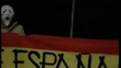 Unos 20 ultraderechistas enmascarados corean el himno franquista frente a la casa de Mónica