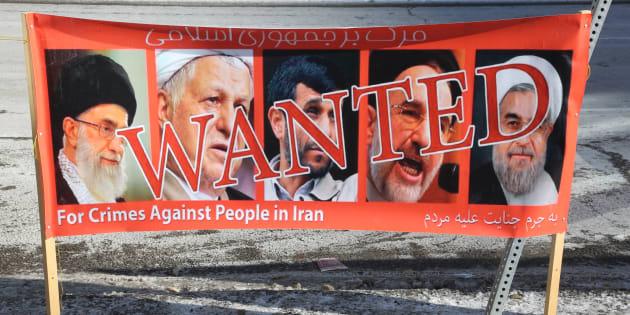 Une bannière de manifestants irano-canadiens, en soutien aux protestations anti-gouvernement en Iran, utilisée à Toronto, Canada, le 14 janvier 2018.