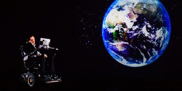 Stephen Hawking, dirigiéndose al público en Hong Kong por holograma desde su oficina de Cambridge (Reino Unido) el 24 de marzo de 2017.