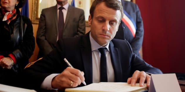 Emmanuel Macron signe le livre d'or lors de sa visite à Oradour-sur-Glane le 28 avril 2017.
