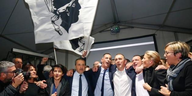 I candidati di Pe, il partito nazionalista corso, Jean Guy Talamoni e Gilles Simeoni, intenti a celebrare con gli iscritti al partito e i sostenitori i risultati raggiunti lo scorso 10 dicembre.