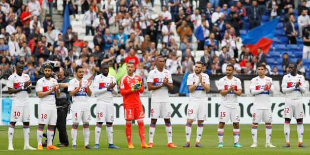 L'Olympique Lyonnais rendant hommage à Henri Michel avant son match face à Nantes le 28 avril.