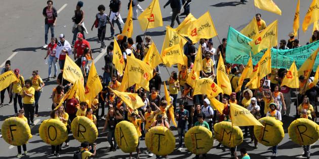 Manifestantes pedem renúncia de Michel Temer em Brasília nesta quarta-feira (24).