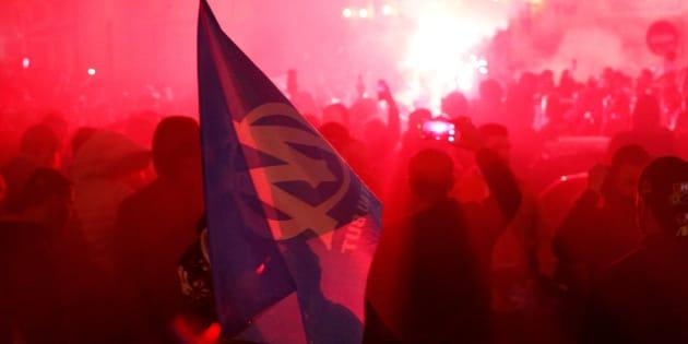 Les fans de l'Olympique de Marseille sur le Vieux Port le 3 mai pour la demi finale de l'Europa League. REUTERS/Philippe Laurenson