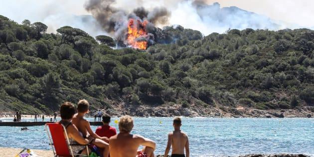 Des vacanciers à La Croix-Valmer, près de Saint-Tropez, le 25 juillet 2017.