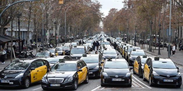 Centenares de taxistas bloquean la Gran Vía de Barcelona.