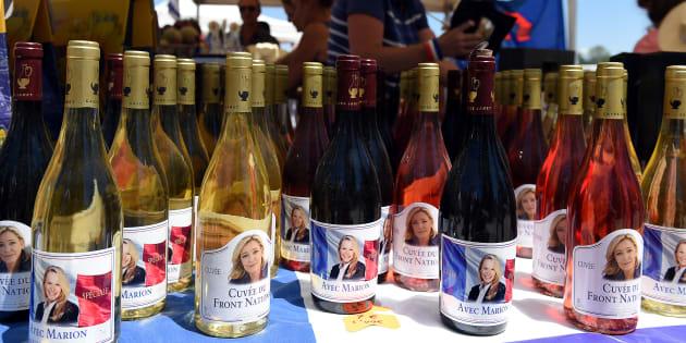 Des bouteilles de vin à l'effigie de Marine Le Pen lors d'une fête Bleu-Blanc-Rouge organisée par Marion Maréchal Le Pen.