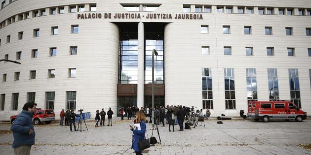 Numerosos medios concentrados ante el Tribunal Superior de Justicia de Navarra, en Pamplona, donde ha sido imposible ver a los acusados ni a la víctima.