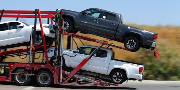 Un camión de transporte traslada nuevos camionetas Toyota a Estados Unidos desde México después de despejar las aduanas estadounidenses en la frontera en Otay Mesa, cerca de San Diego, California, 28 de abril de 2017.