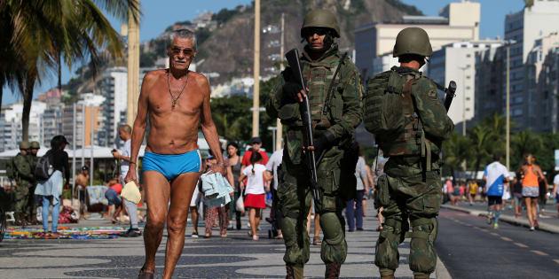 Patrulha dos soldados da Marinha do Brasil na praia de Copacabana, no Rio de Janeiro.
