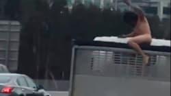 全裸の男が走行中のトラックに飛び乗りナイフを突き立てて逃走、逮捕される(動画)