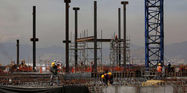Obreros trabajan en las fundaciones de la torre de control en el sitio de construcción del Nuevo Aeropuerto Internacional de México en Texcoco, en las afueras de Ciudad de México, el 1 de febrero de 2018.