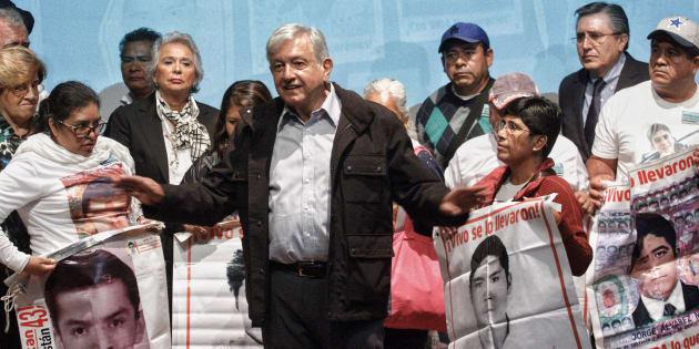 Andrés Manuel López Obrador ofreció un mensaje conjunto con padres de los 43 normalistas de Ayotzinapa desaparecidos, en Ciudad de México, el 26 de septiembre de 2018.