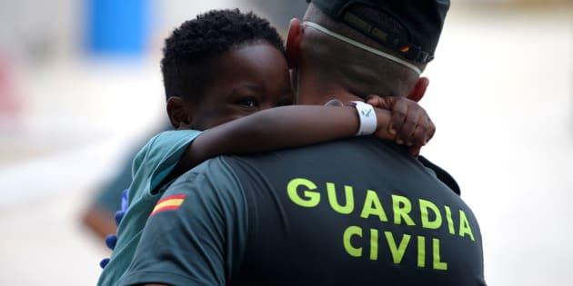 Un niño subsahariano juega con un guardia civil en un centro deportivo de Los Barrios (Cádiz), habilitado para atender a migrantes y refugiados rescatados en el Estrecho.