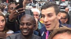 De retour à Paris, Pierre-Ambroise Bosse paie une tournée à ses fans venus l'attendre à la