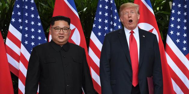 初会談を果たしたアメリカのトランプ大統領(右)と北朝鮮の金正恩・朝鮮労働党委員長=6月12日、シンガポール
